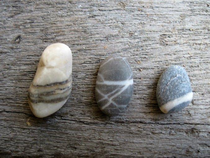 3_stones_on_wood